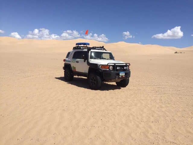 fj cruiser in desert sand before rebelle rally